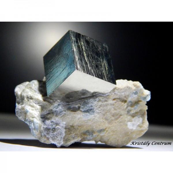 Pirit kocka kőzetben